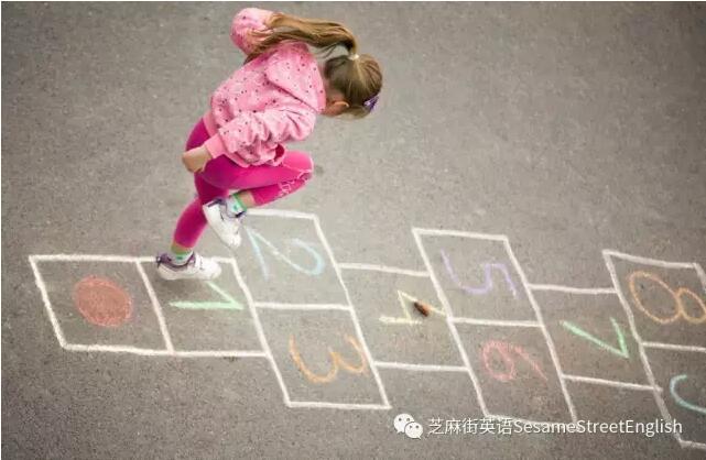 和孩子一起玩跳房子游戲